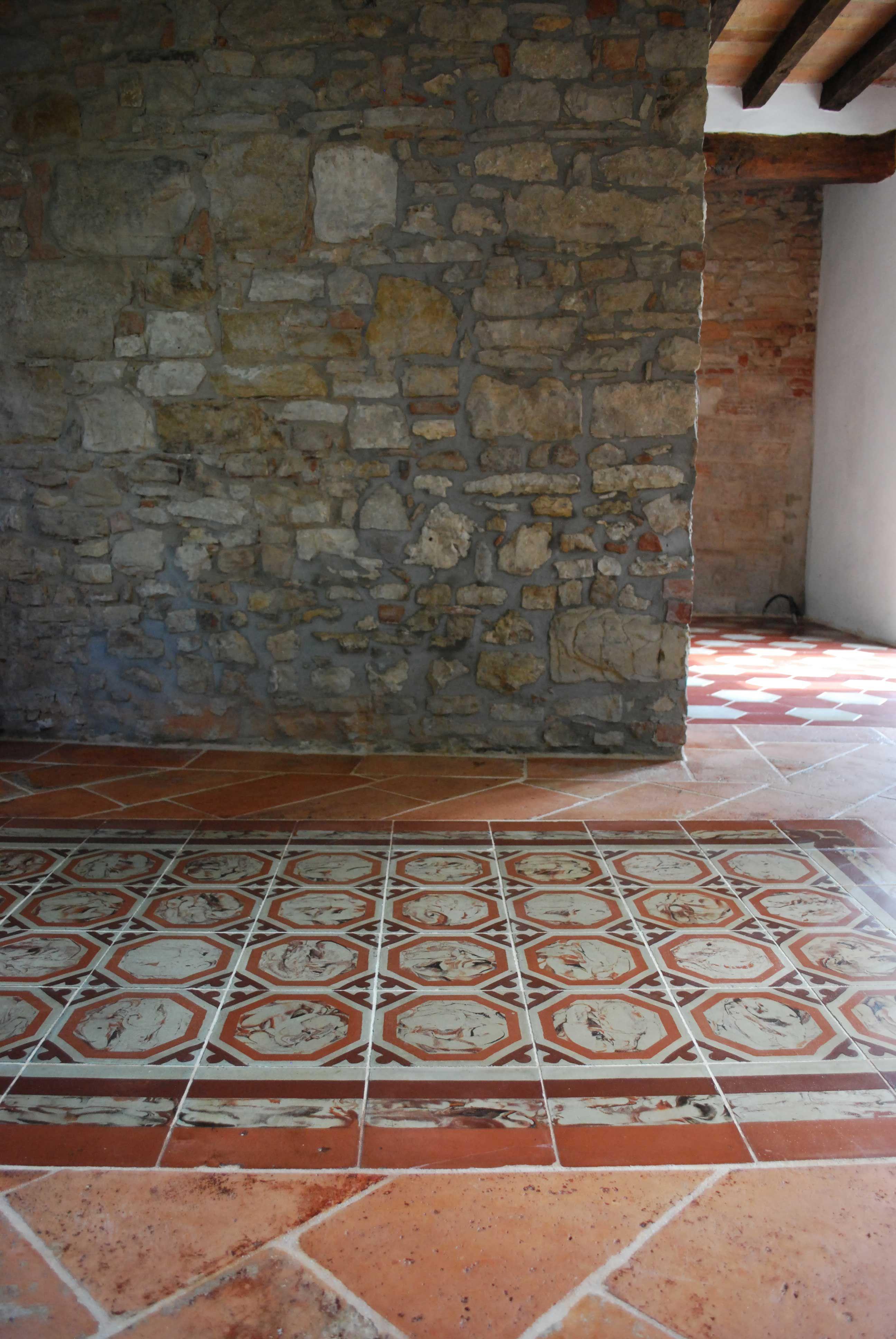 Tappeto in cementine antiche marmorizzate su pavimento in