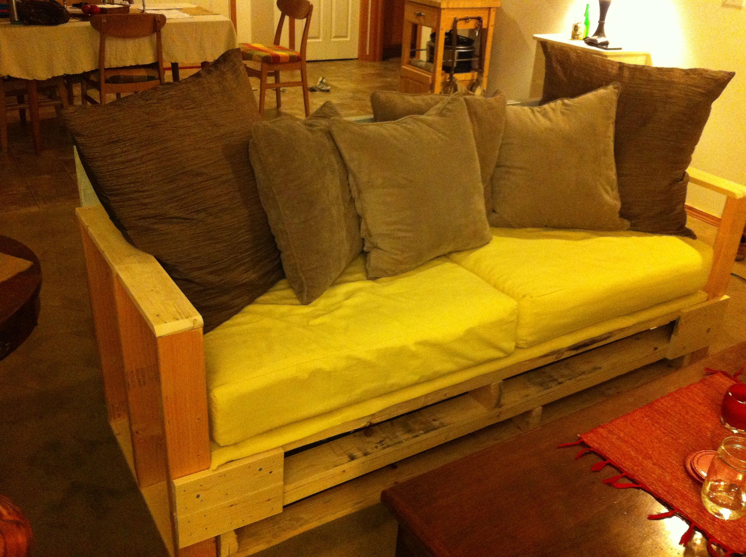Our Homemade Couch! Pallet Couch. Paletten CouchPalettenmöbelHausgemachte  CouchWohnungseinrichtungWohnzimmer ...