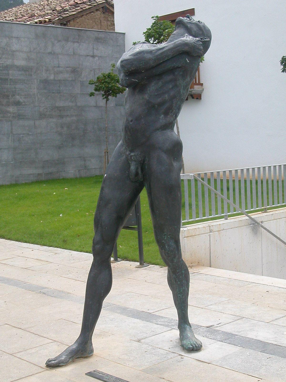 Escultura de Carmelo Astrain en Aoiz