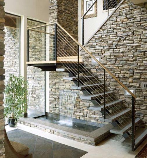 Fuente de entrada debajo de las escaleras