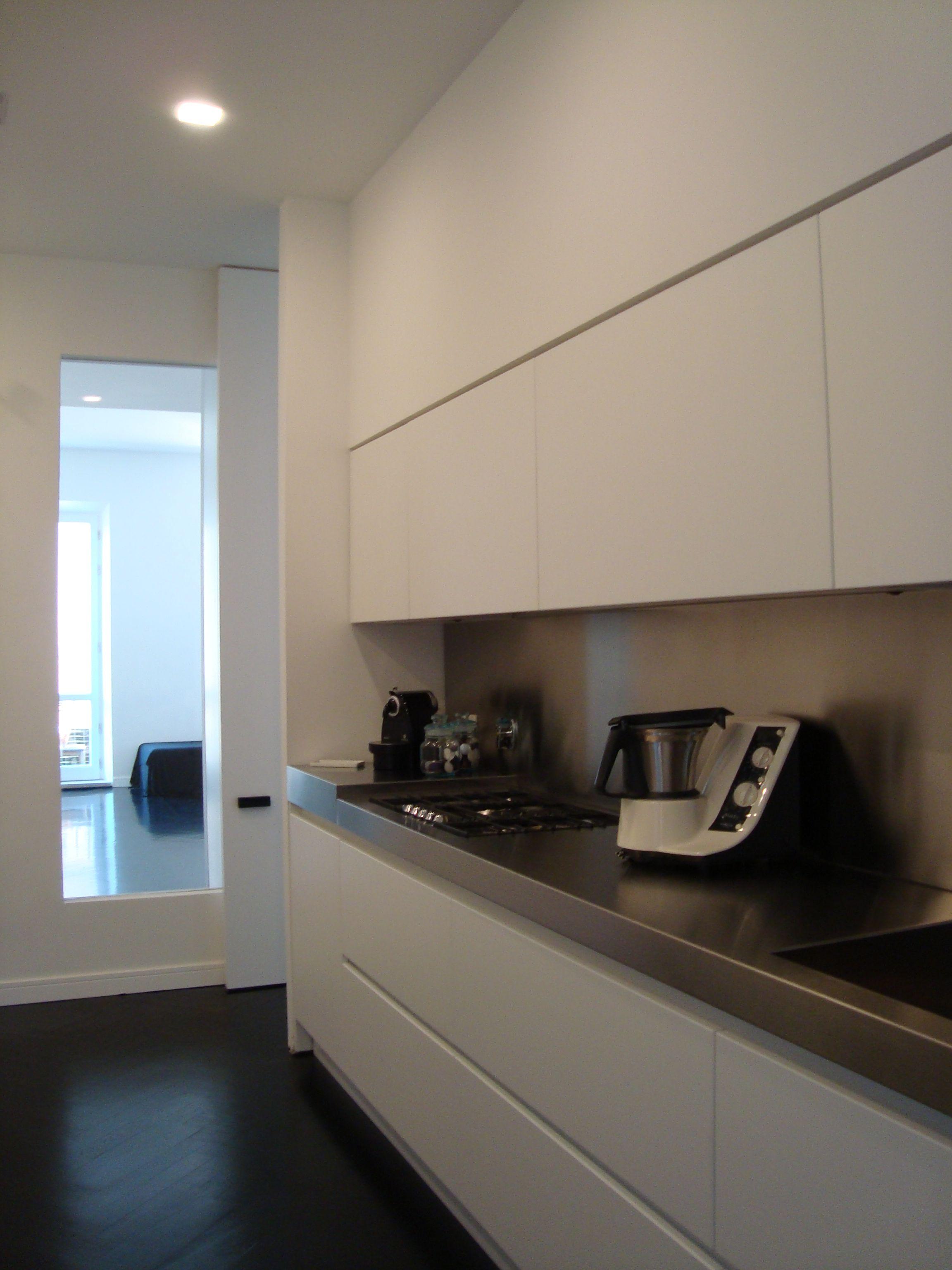 Abitazione privata, Casa A&A,cucina total white con top in acciaio ...