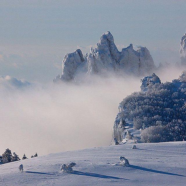 С первым днем зимы! В Крымских горах выпал снег. Волшебный ...