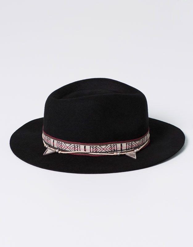 03281e4685b95 Pull Bear - γυναικεία - αξεσουάρ - σκούφοι και κάπελα - καπέλο με κορδέλα  και χρυσαφί λεπτομέρειες - μαυρο - 09830302-I2016