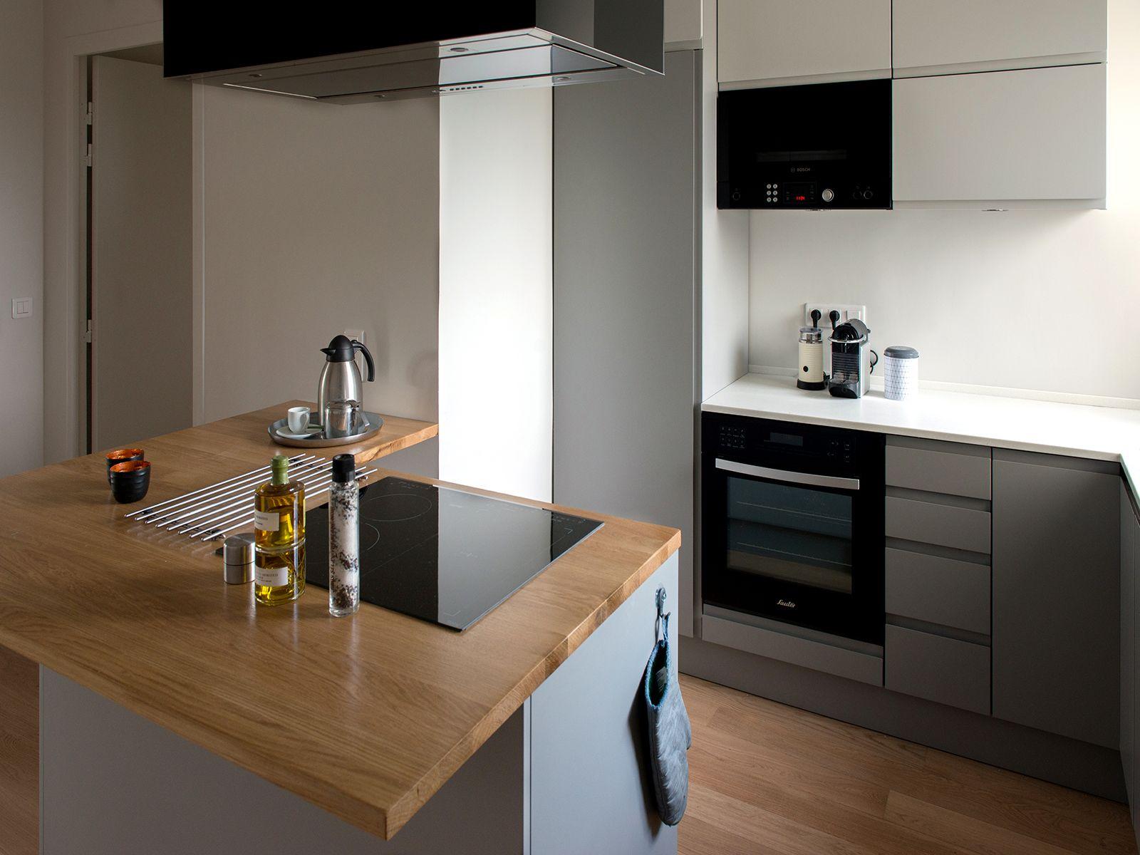 cuisine avec lot cuisson r alisation murs merveilles i grey kitchen with island by murs. Black Bedroom Furniture Sets. Home Design Ideas