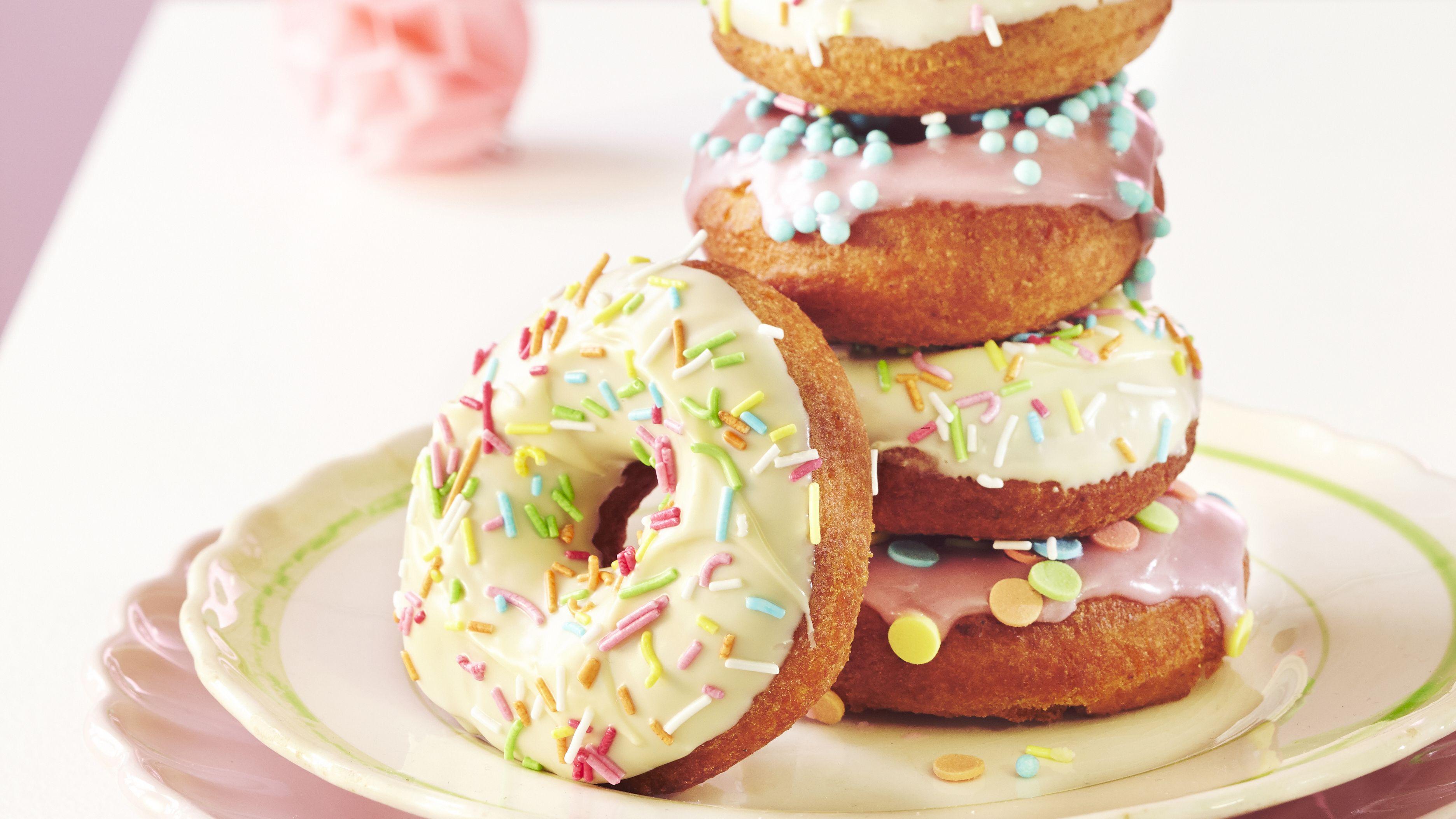Donitsit kohotetaan leivinjauheella, joten ne on hieman nopeampi valmistaa kuin hiivataikinaan leivotut munkkirinkelit.