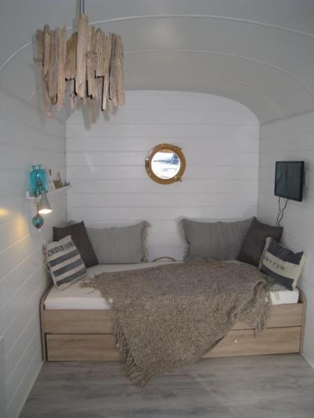 einzigartiger bauwagen zu verkaufen er ist 5x2 meter und. Black Bedroom Furniture Sets. Home Design Ideas