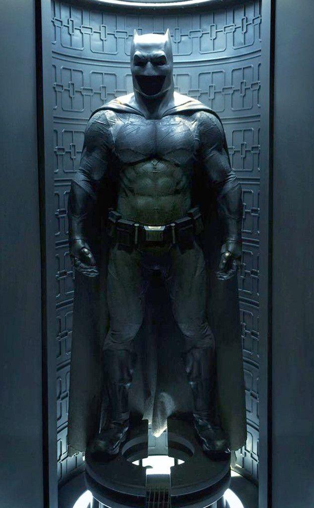Zack Snyder Finally Reveals Ben Affleck S Full Batsuit Batman E