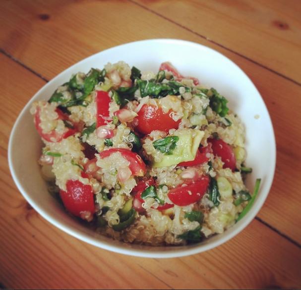 Noralies Nachmittags-Essen kann sich sehen lassen: Quinoa-Salat mit Spinat, Avocado und Granatapfel