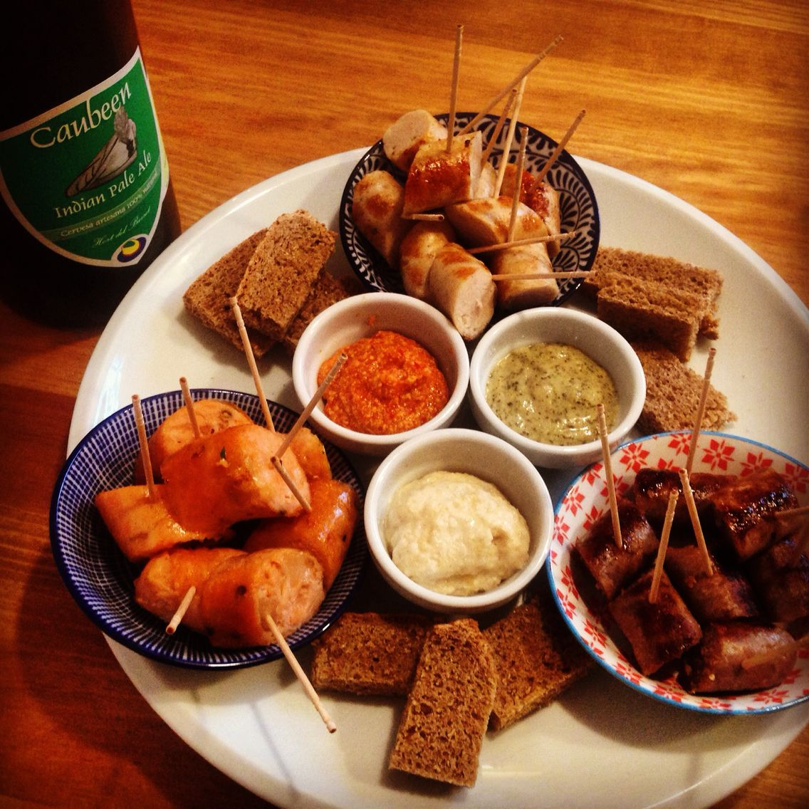 """Our """"Share with friends"""" plate. That is 3 sausages of choice, 3 mustards of choice and a Caubeen Indian Pale Ale (75 cl) craft beer. #mostassabcn #cerveza #mostassa #craftbeer #foodporn"""