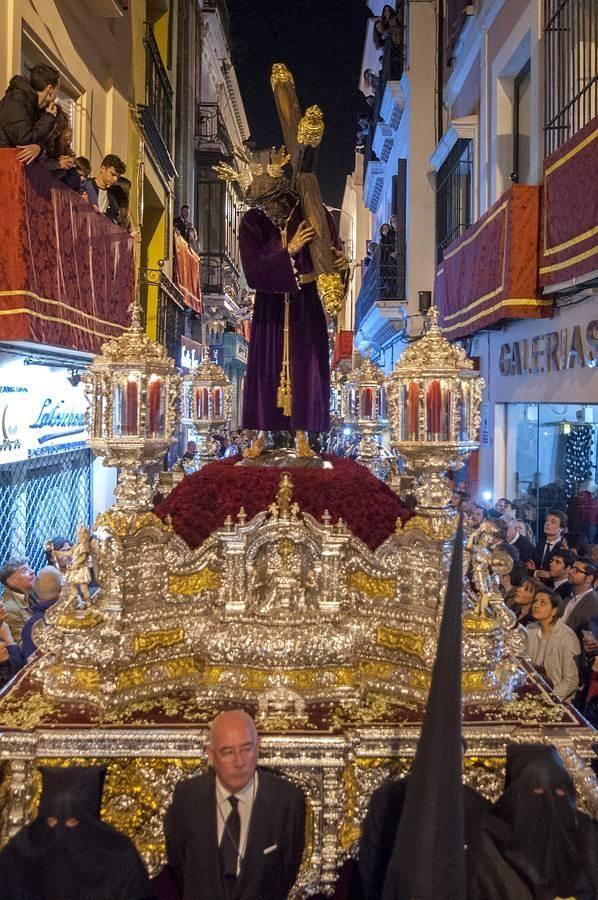 Noche de Jueves Santo. Presentida Madrugá. Dicen que quien no ha visto Pasión no ha visto la Semana Santa de Sevilla. El Señor de la Pasión, camina por la Calle Sierpes buscando San Francisco.