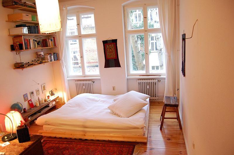 Einrichten Schlafzimmer ~ Warm und gemütlich eingerichtetes schlafzimmer mit diy möbeln