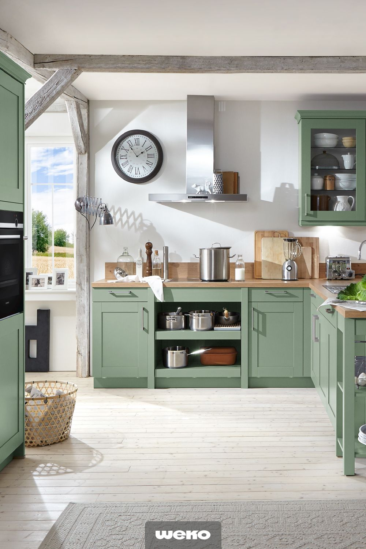 Schicke Landhausküche in Salbeigrün. küche küchendesign