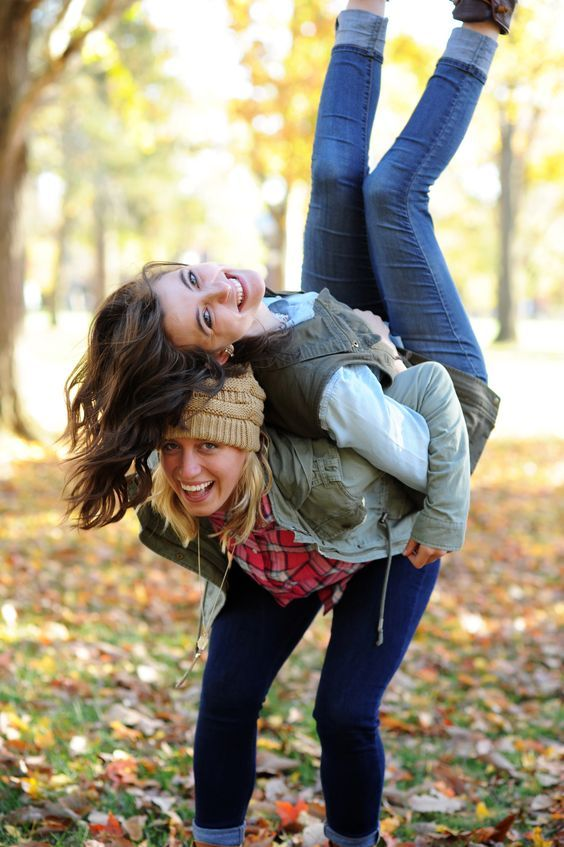 21 Super Cute Photo Ideas To Take With Your Friends This Fall Project Inspired Friend Photoshoot Sisters Photoshoot Friends Photography