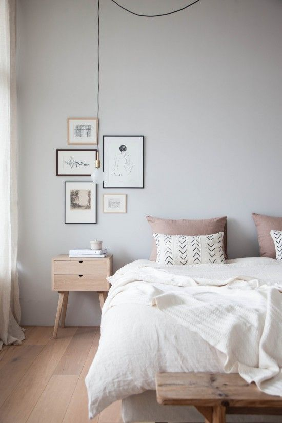 Gemütliches Schlafzimmer In Altrosa Udn Weiß Mit Schöner Bilder  Wandgestaltung Und Holzdielenboden
