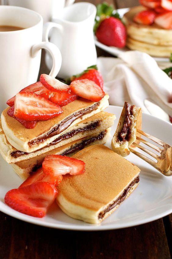 Nutella Stuffed Pancakes with Fresh Strawberries | Nourriture délicieuse, Recettes de cuisine ...