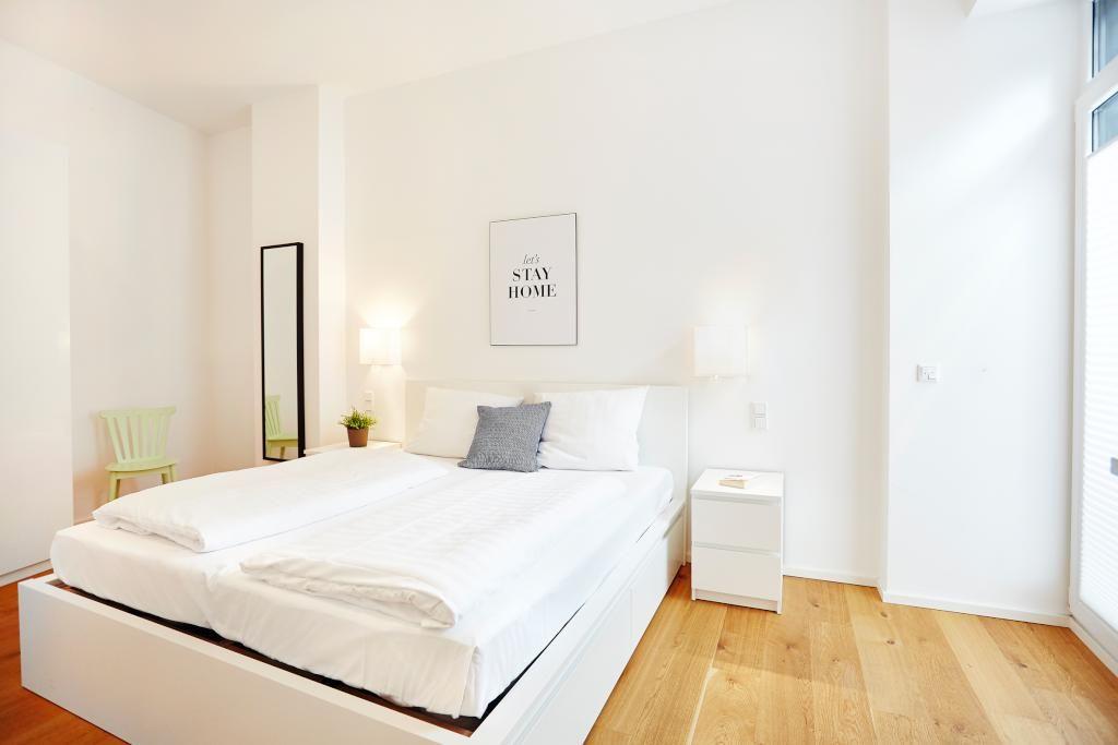 Großes Schlafzimmer mit weißer Bettwäsche und dicker Matratze ...