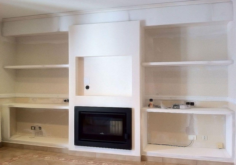 Se ha diseñado el revestimiento de la chimenea, los estantes y los ...