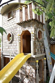 Coolest Castle Tree House From Repurposed Wood Play Houses Tree House Treehouse Inspiration
