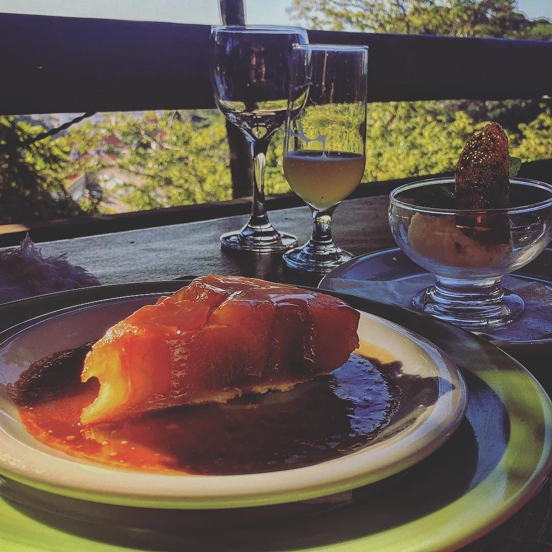 Fim de tarde com uma sobremesa deliciosa.  o que estão comendo por aí? #gourmet #gourmetadois #sobremesa #amigos #cerveja #doce #tarde #cafe