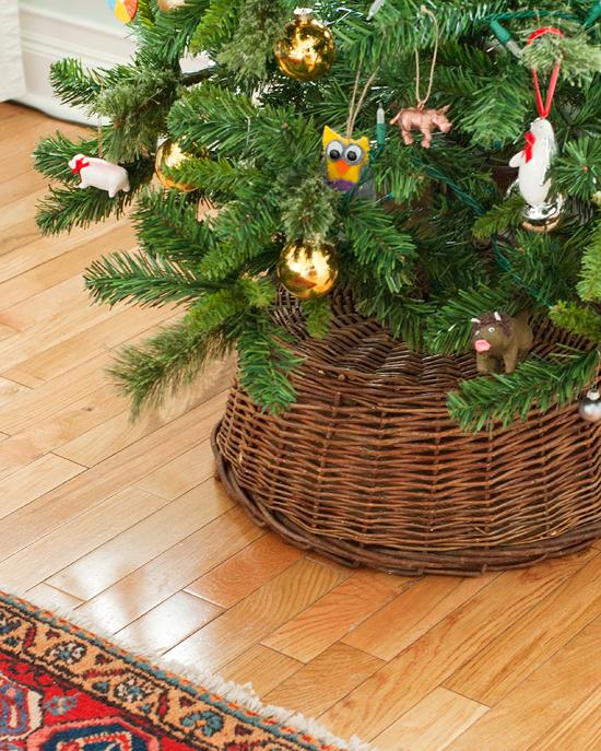 Use a basket as a Christmas tree skirt via Yellow Brick Home -- tree skirt,  christmas ideas, christmas tree skirt alternative, tree skirt ideas, ... - A Simple Tree Skirt Alternative Holidays (Any & All!) Pinterest