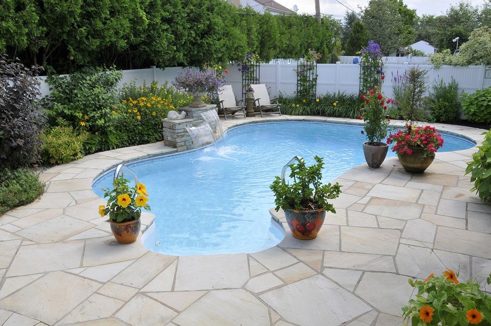 Amenagement Paysager Autour D Une Piscine Creusee Avec Un Trottoir En Pierres Naturelles Outdoor Decor Outdoor Home Decor