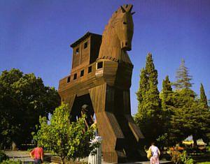Dans l'Iliade, Homère a immortalisé Truva (Troie) avec ses récits du roi Priam, d'Hector, de Pâris et de la Belle Hélène. Les fouilles archéologiques ont exhumé des fortifications, des fondations de bâtiments, un temple et un théâtre témoignant de neuf périodes différentes de l'histoire de la ville. Un symbolique cheval de bois commémore la célèbre guerre. Le vieux port historique de Alexandria-Troas daterait du IIIème siècle avant J.-C. Saint Paul y passa avant de se rendre à Assos.