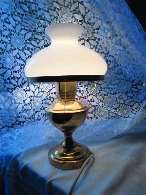 Äldre lantlig lampa i mässing med vit glasskärm ikea retro