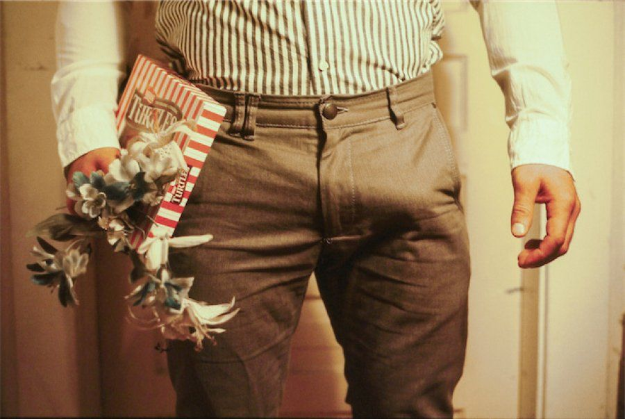 """'Groin Gazing' En este """"Vistazo al paquete"""", las erecciones son las protagonistas.  Claire Milbrath with styling by Mila Franovic"""