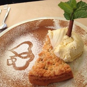 torta de maçã quente com sorvete de baunilha