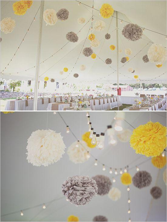 Met pompoms en lichtjes kun je een tent leuk aankleden in het thema van de bruiloft. | www.saveyourdate.nl