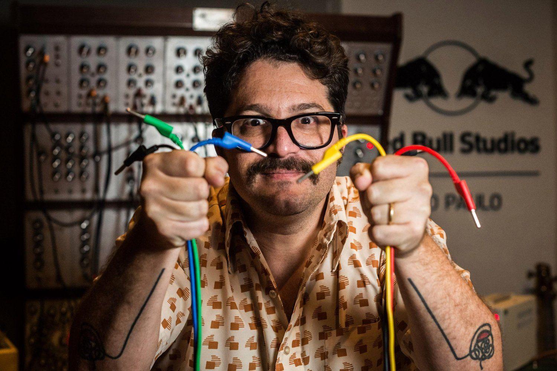 Apaixonado por sintetizadores, Arthur Joly cria sons futuristas por meio de instrumentos que parecem ter saído de um antiquário