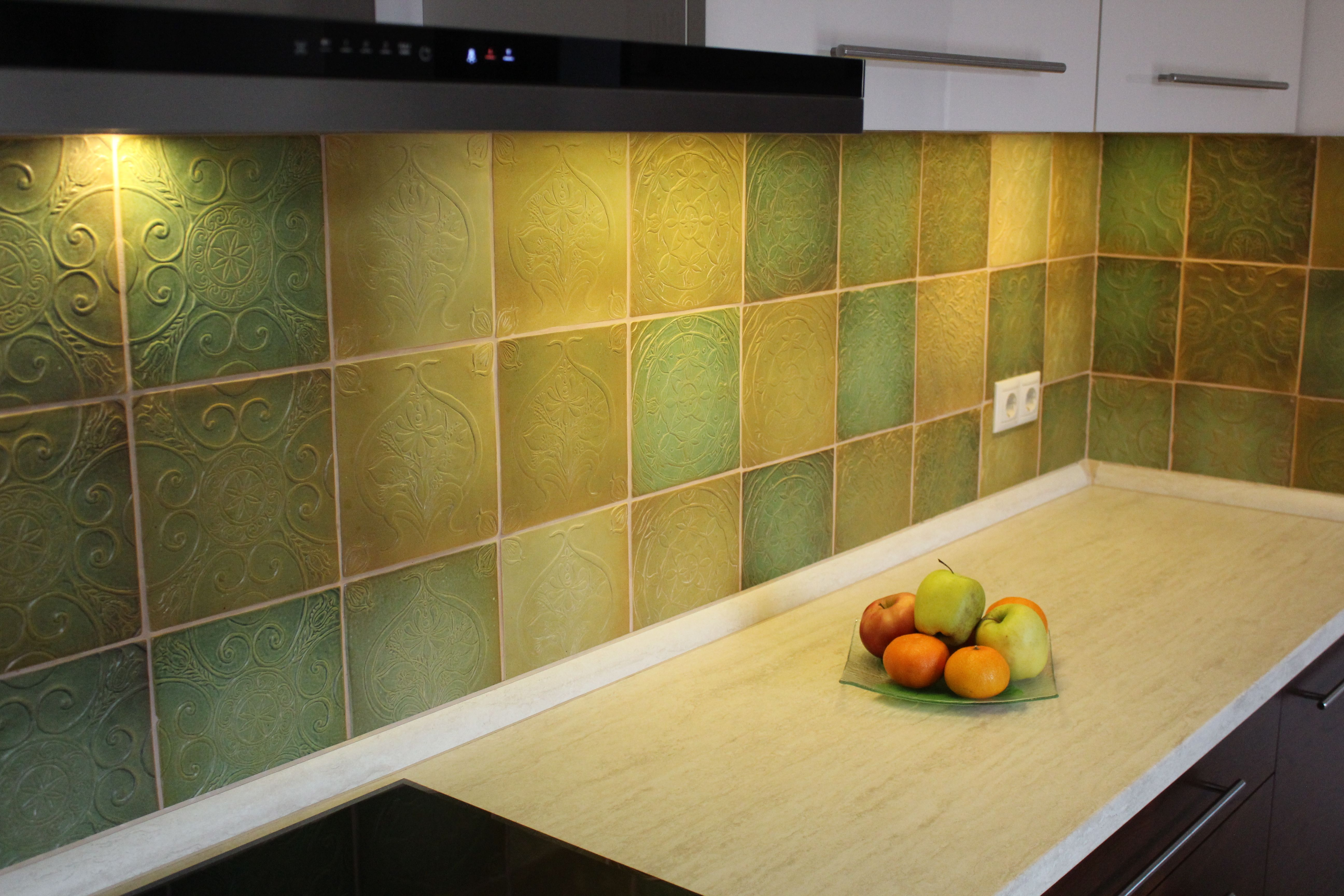 Green kitchen wall - handmade tiles | Konyhai hátfal lehetőségek ...