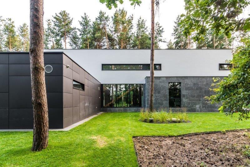 Minimalistyczny, Nowoczesny Dom W Lesie, Duże Okna, Zadaszony