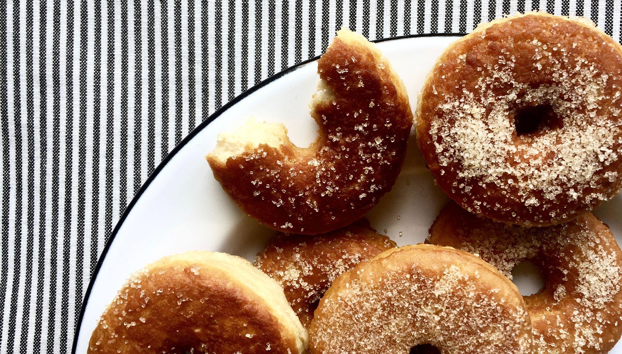 Donuts vegan natures, saupoudrés d'un peu de sucre.