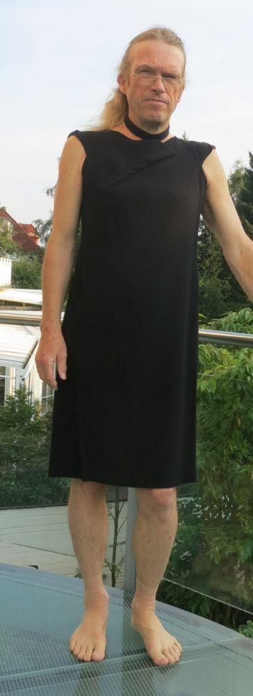 Men in dark dress Mann im schwarzen Kleid   Man in skirt and dresses ...