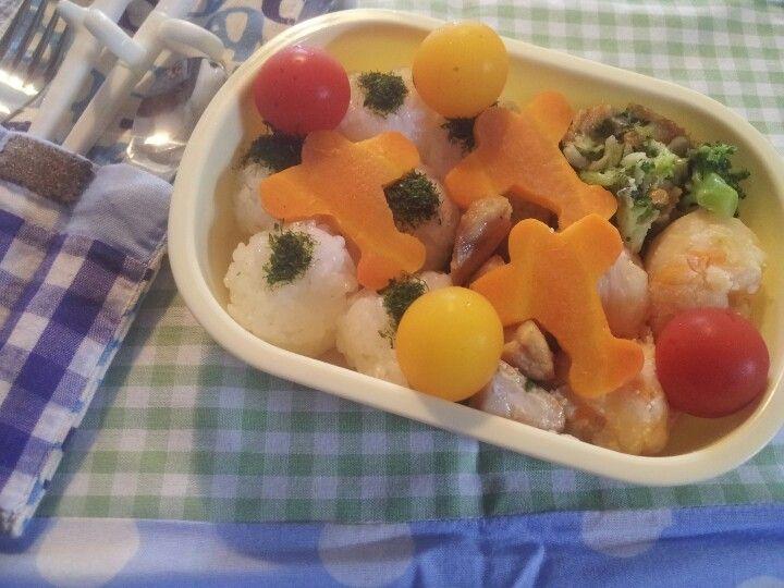 For my son. 青のりおにぎり、タラモサラダ、かじき磯辺焼き、ブロッコリーチーズ焼き、飛行機にんじん、プチトマト