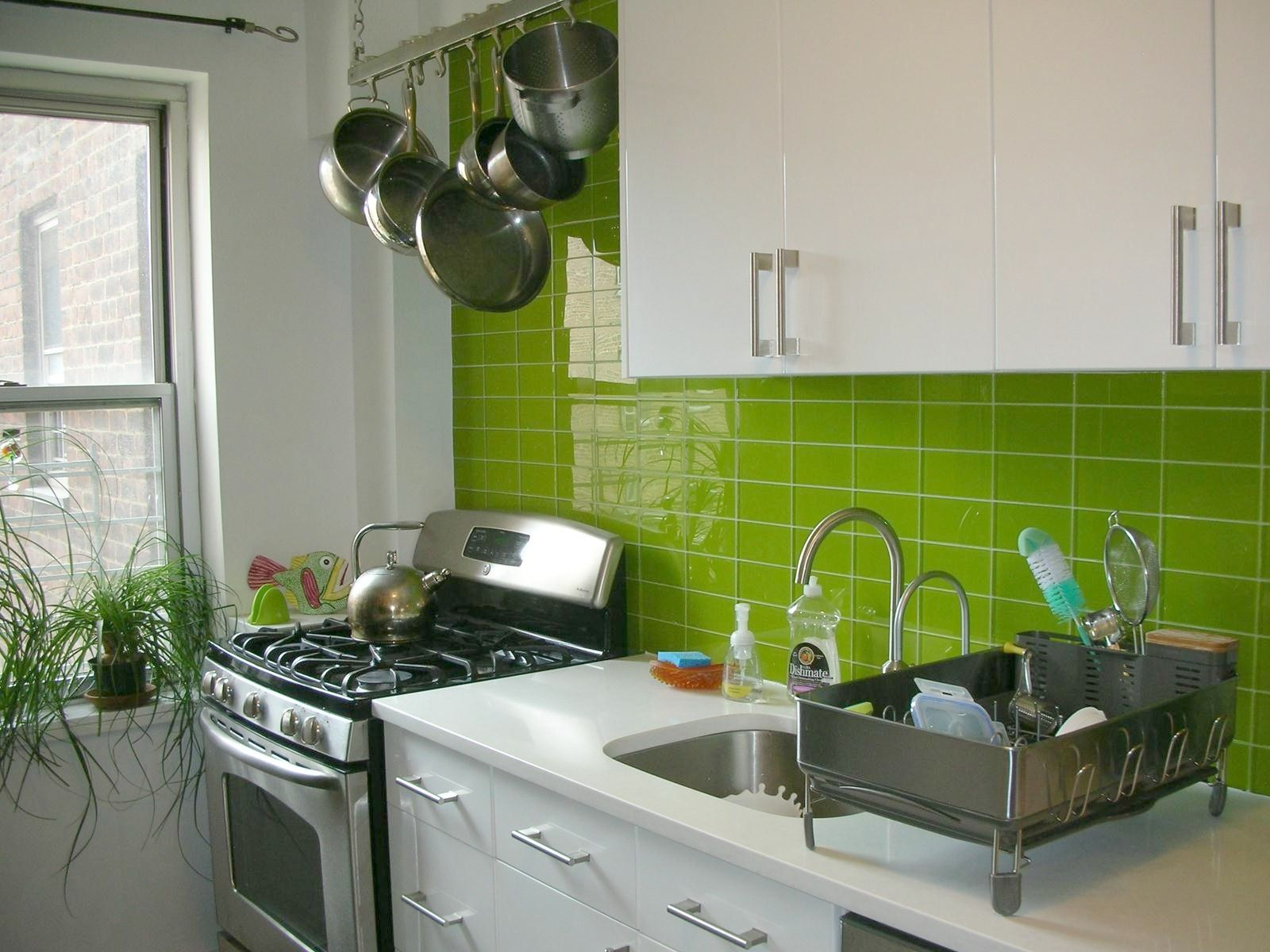 Viva verde our lemongrass tile perks up this nyc kitchen subway modwalls lush 3x6 lemongrass green glass subway tile kitchen in nyc dailygadgetfo Image collections