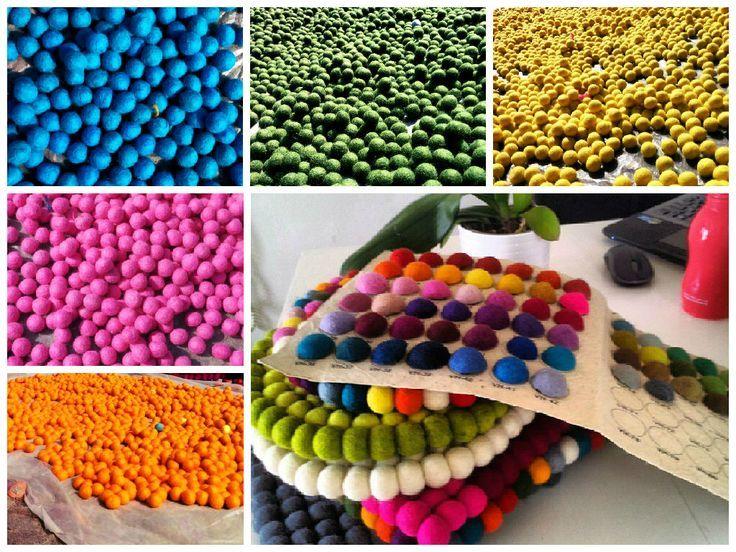Bunt, lebendig, multifarbig. Meine Arbeit beginnt mit Design ❤️ Welche sind deine Liebliengsfarben?  #FilzKugelTeppiche #filz #farben http://www.sukhi.de/rechteckig-alisha-filzkugelteppiche.html
