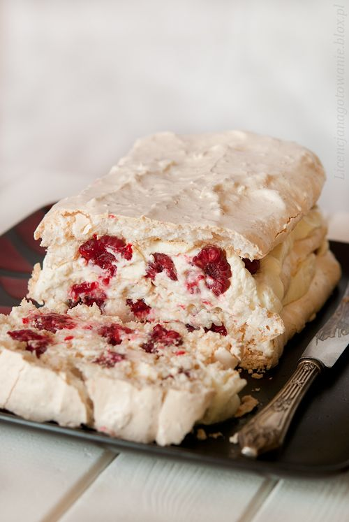 Meringue with raspberries and lime