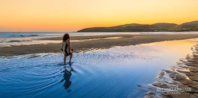 La Playa de Nemiña se encuentra al sur de Cabo Touriñan. Apta para la práctica del surf, la pesca y con unas robalizas de las mejores de la zona, en ella desemboca la Ría de Lires, formando un paisaje de gran belleza.