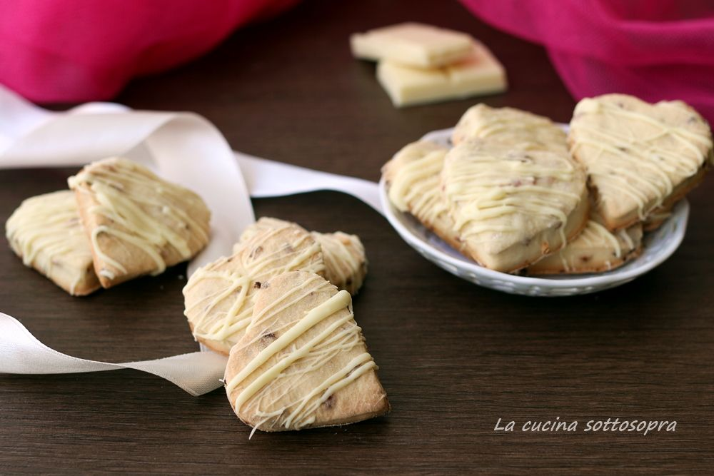 Biscotti panna e fragole al cioccolato bianco