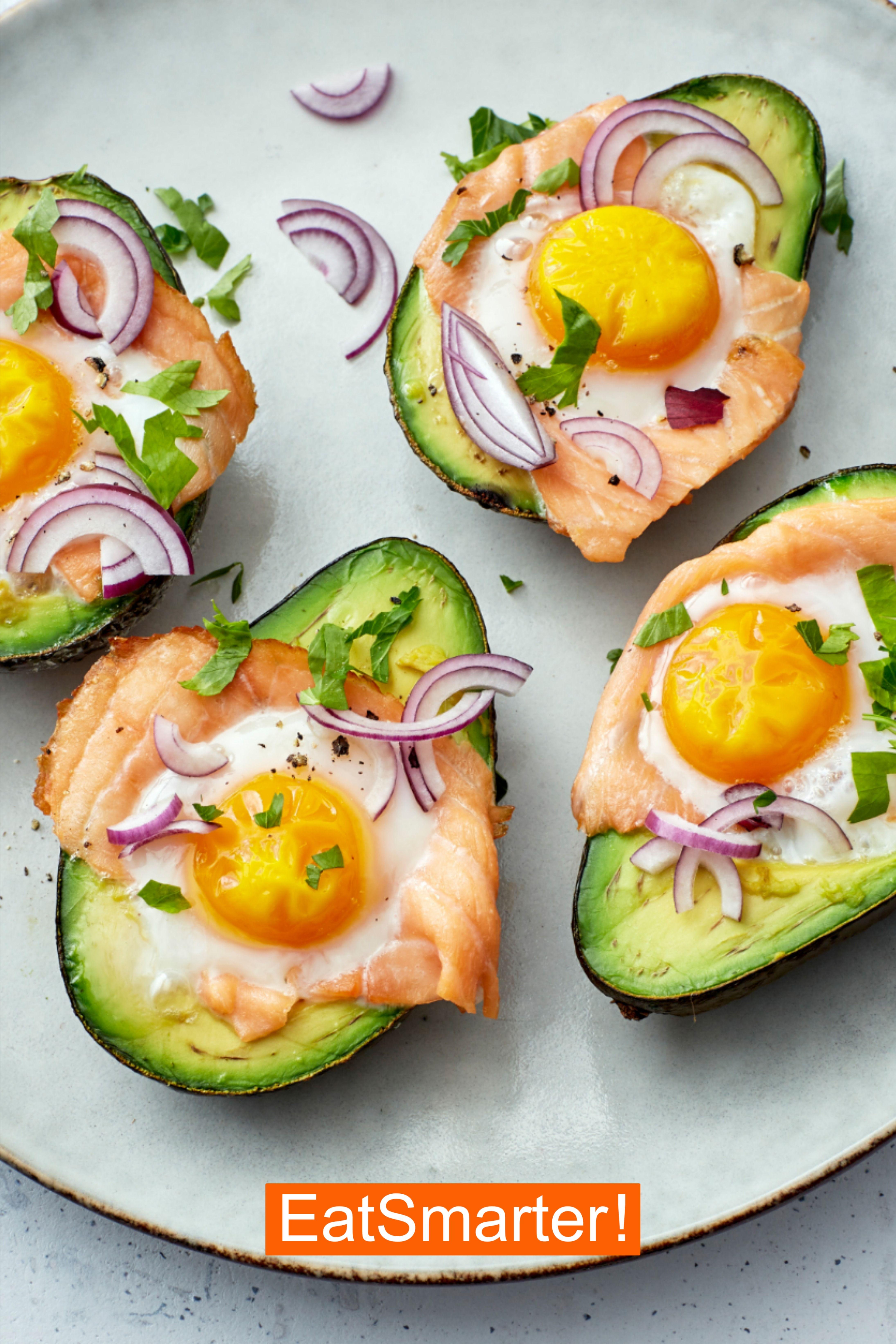 Protein-Frühstück: Avocado mit Lachs und Eiern | EAT SMARTER