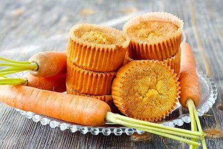 Das Rezept für Karottenmuffins ist besonders zum Frühstück ein Genuss. Die saftigen Muffins können komfortabel transportiert werden.