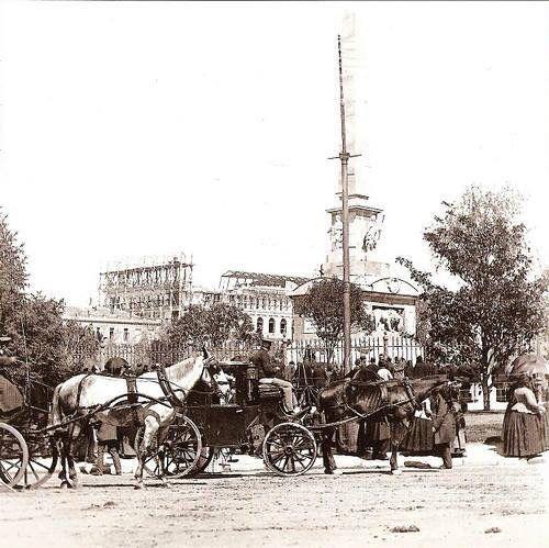 Plaza de la Lealtad con la construcción de la bolsa al fondo.