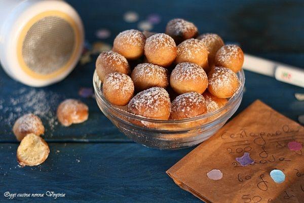 Le castagnole sono unaricetta classica, un dolce tipico del Carnevaleda friggere in padella e cospargere di zucchero a velo.