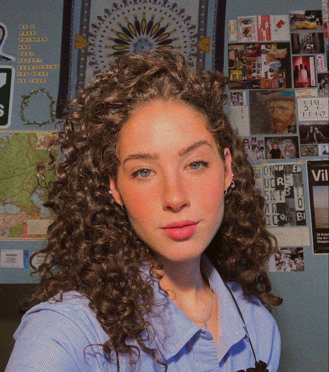 Selfie Curly Hair Blue Eyes Makeup In 2020 Brown Hair Blue Eyes Brown Hair Blue Eyes Girl Curly Hair Styles