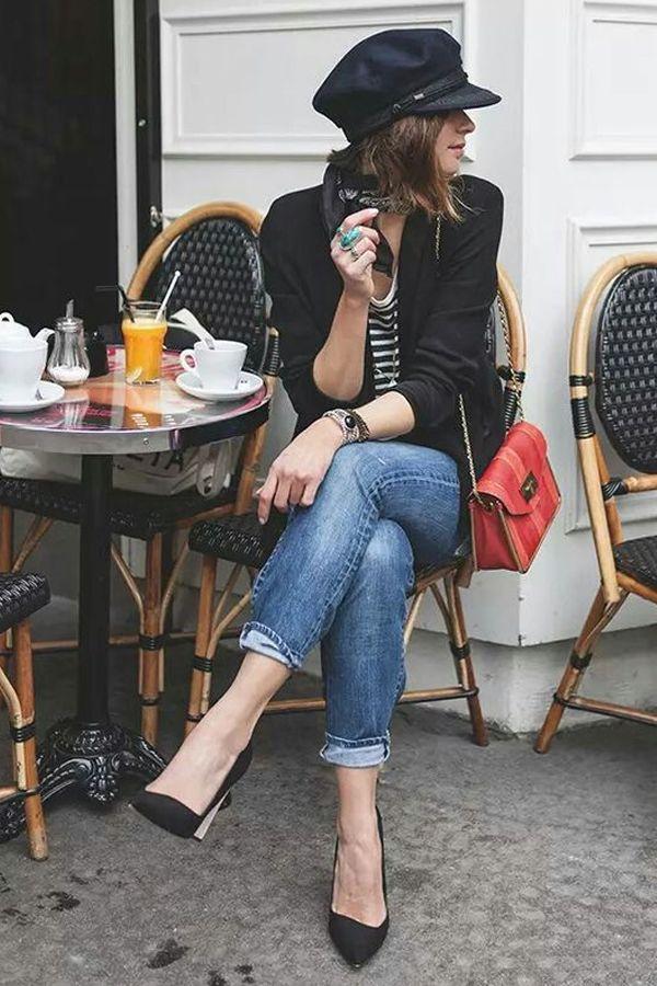 de5768abc733c Scarpin preto Calça jeans Blusa listrada Blazer preto Bolsa vermelha Boina
