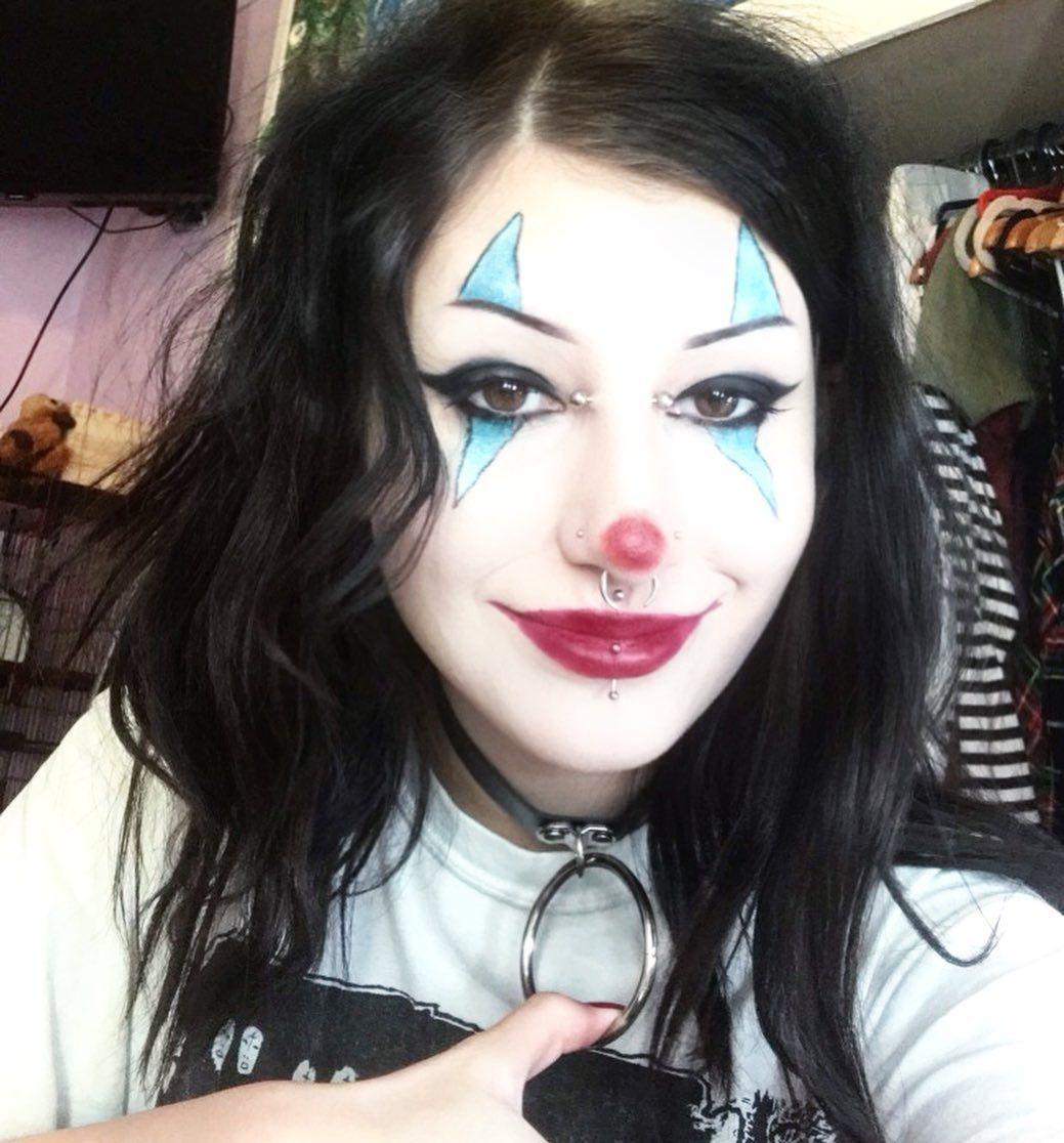 I wanna go to the carnival!!!!🤡 ~  #clown#clowncore#goth#gothgirl#mallgoth#90smallgoth#clownmakeup#clowncheck#gothgirl#choker#makeup#gothic#alternativegirl#alternative#piercings#bodymods#piercing