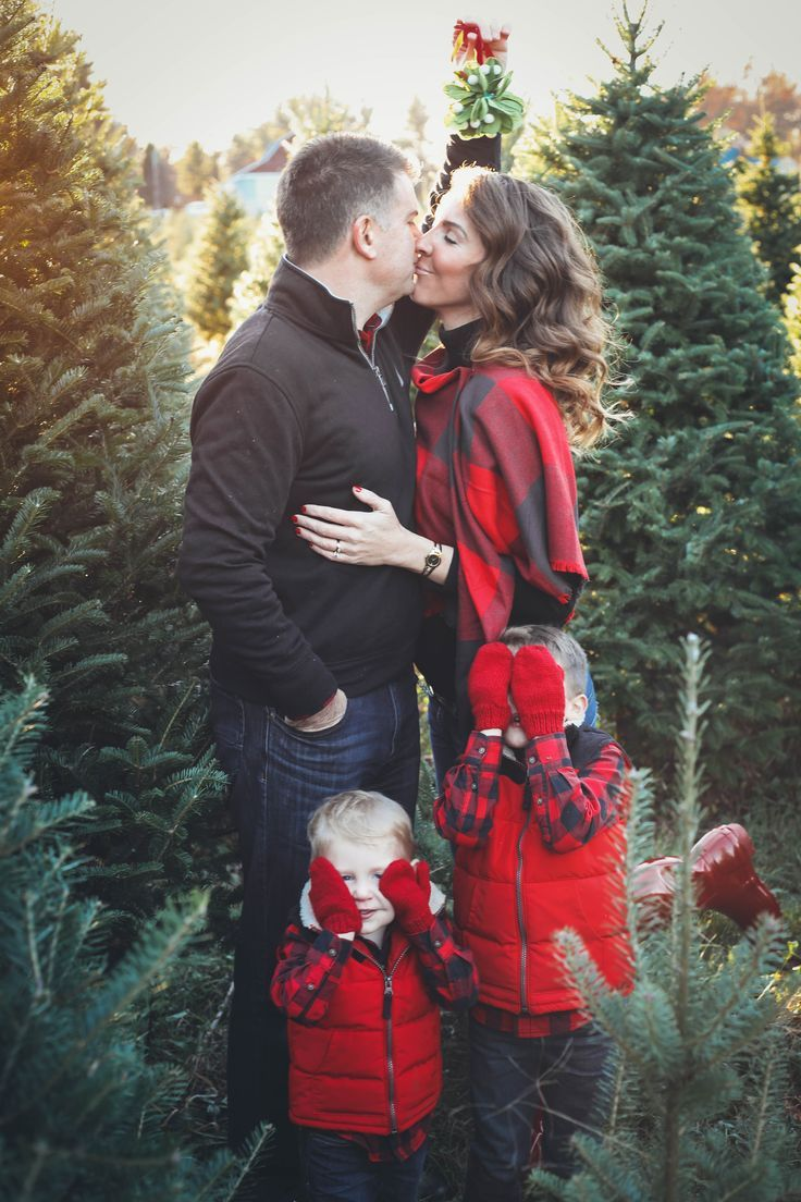 Christmas Tree Farm Family Pictures with family photo outfit ideas perfect for y... #familyphotooutfits