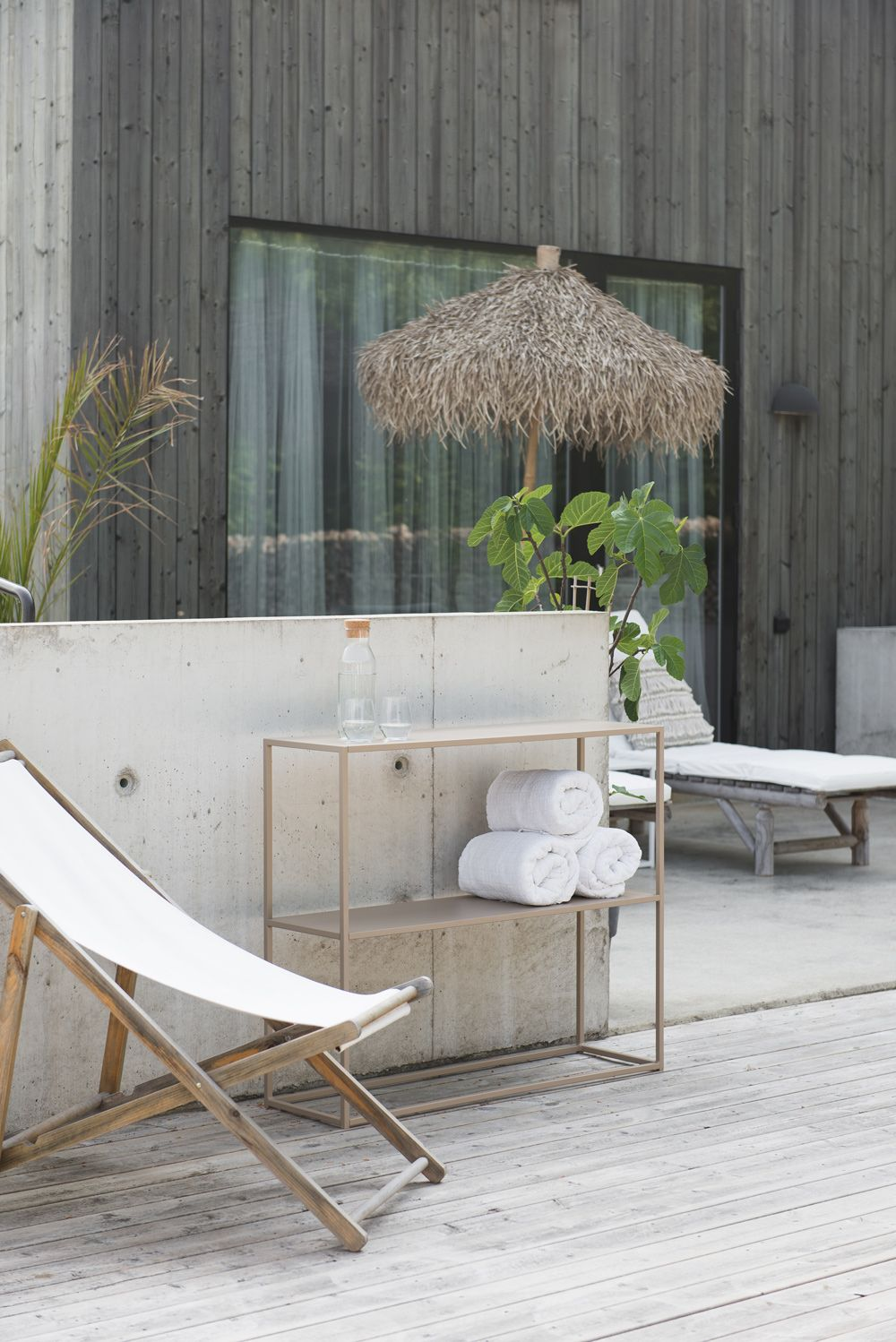 A timeless and minimal summer terrace with furniture by domo